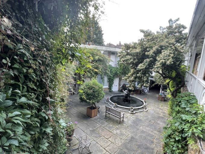 Large studio, in a lovely courtyard!